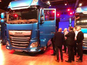 Ondernemers bekijken truck van DAF Trucks NV